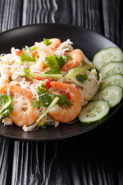 traditioneller yum woon sen salat hautnah auf einem teller. thai-stil. senkrecht - erdnusssalatdressings stock-fotos und bilder