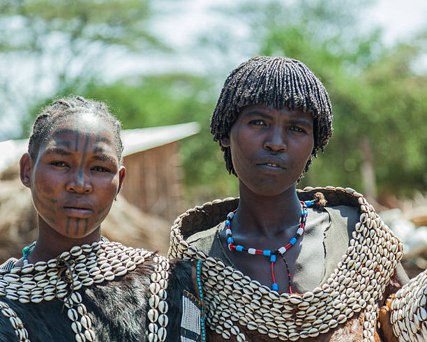 traditionell gekleideten frauen aus tsemay tribe.  weita.  omo valley.  äthiopien. - shell tattoos stock-fotos und bilder