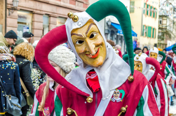 traditionell, die kulturellen und festlichen karneval prozession durch die straßen der städte und gemeinden in deutscher sprache - fasnacht stock-fotos und bilder