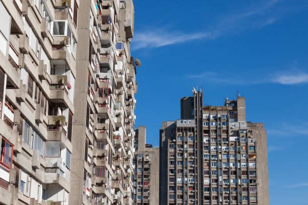 vivienda comunista tradicional en el suburbio de belgrado, en nuevo belgrado. estas subidas de tipo de alta son símbolos de la arquitectura brutalista - antigua yugoslavia fotografías e imágenes de stock