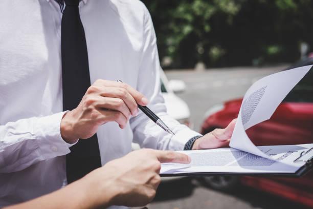 Verkehrsunfall und Versicherungskonzept, Versicherungsvertreter arbeitet an Berichtsformular mit Auto Unfall Antragsverfahren – Foto