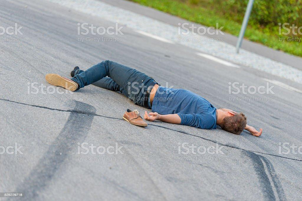 Verkehr accident.Young Mann auf ein Auto – Foto