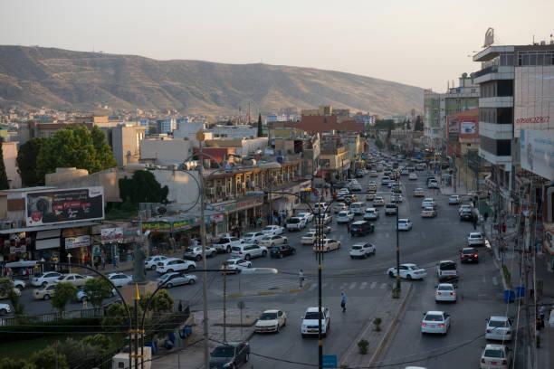 Verkehr und Landschaft in Dohuk, Irak – Foto