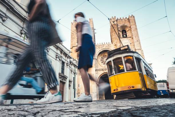 ruch wokół katedry w lizbonie - lizbona zdjęcia i obrazy z banku zdjęć