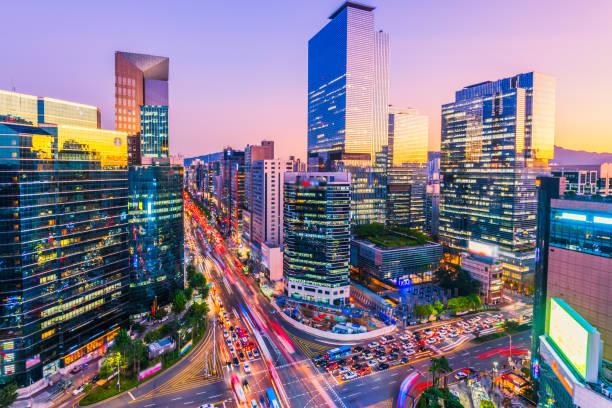 Tráfico por la noche en Gangnam Seúl, Corea del sur - foto de stock