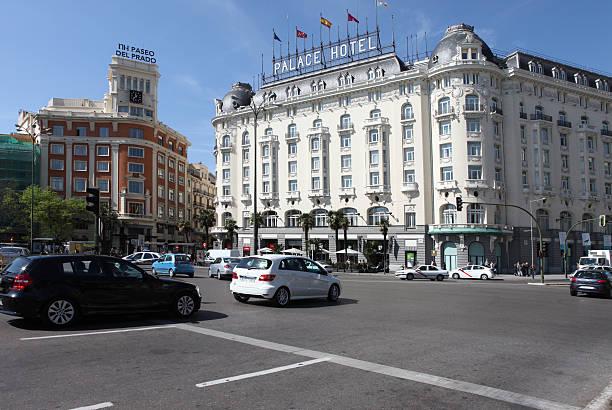 verkehr von metropolis-gebäude im zentrum von madrid, spanien - hotels in kopenhagen stock-fotos und bilder