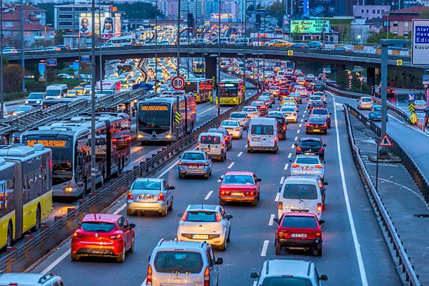 трафик chaos фон в ночь - стамбул стоковые фото и изображения