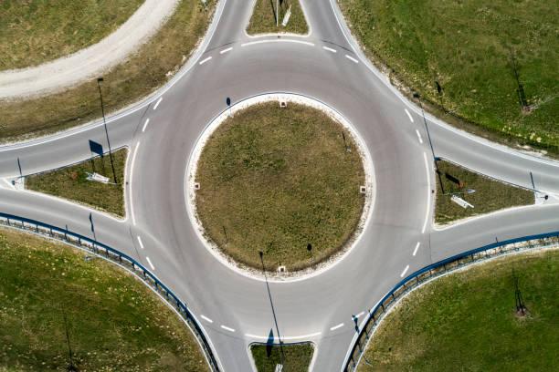 cercle de circulation directement d'en haut - rond point carrefour photos et images de collection