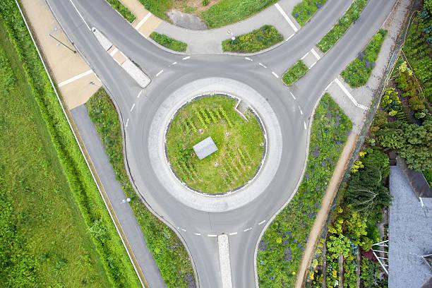 au rond-point de vue aérienne rond-point - rond point photos et images de collection