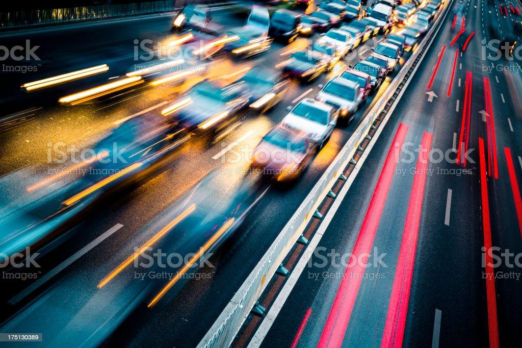 Verkehr in der Stadt bei Nacht - Lizenzfrei Abenddämmerung Stock-Foto