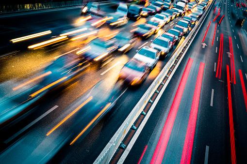 Verkehr In Der Stadt Bei Nacht Stockfoto und mehr Bilder von Abenddämmerung