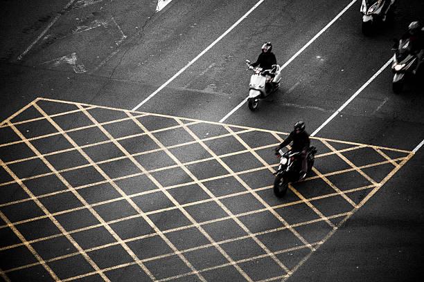 tráfico en barcelona - carlosanchezpereyra fotografías e imágenes de stock