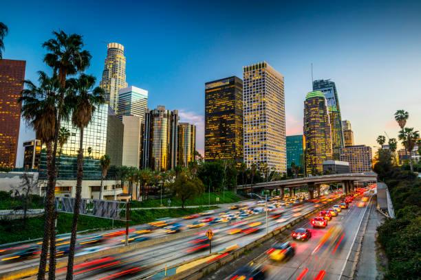 движение в центре лос-анджелеса, калифорния - деловой центр города стоковые фото и изображения