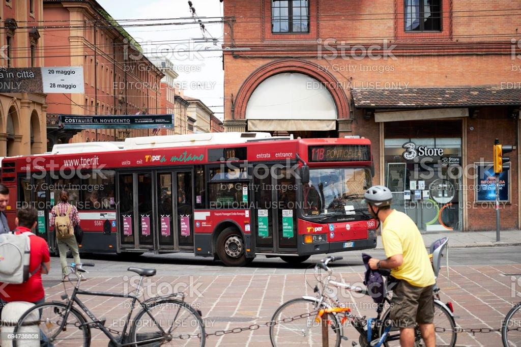 Traffic in Piazza Maggiore, Bologna - foto stock