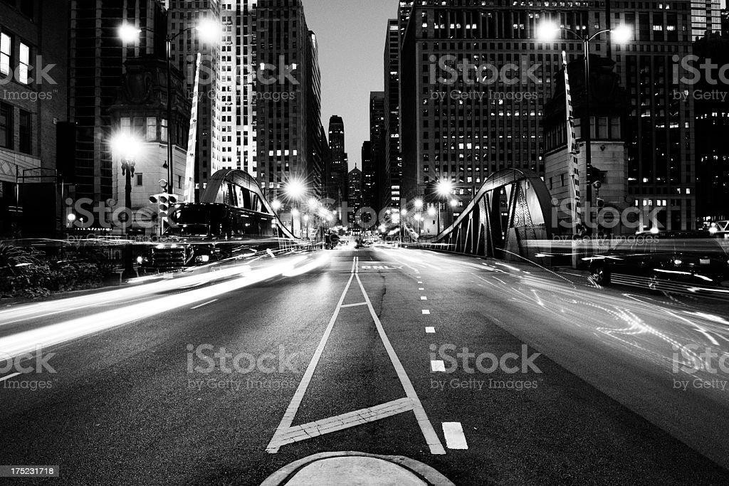 Verkehr in der Night.Chicago.Black und weiß – Foto