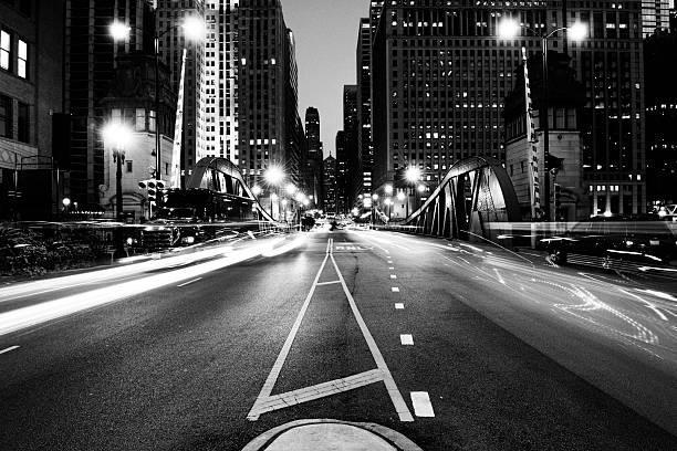 交通の night.chicago.black 、ホワイト - 都市 モノクロ ストックフォトと画像