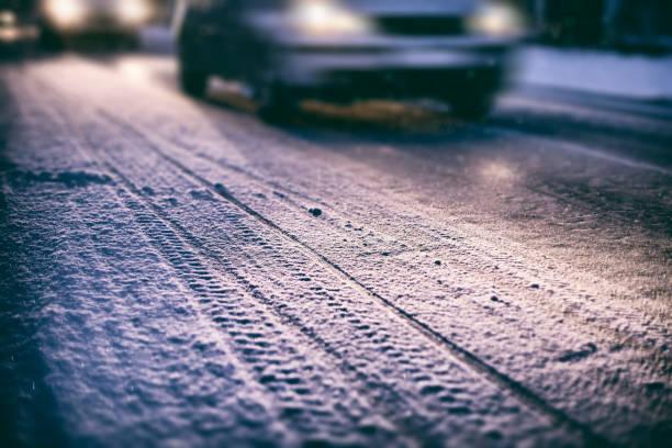 trafik på vintern - cold street bildbanksfoton och bilder