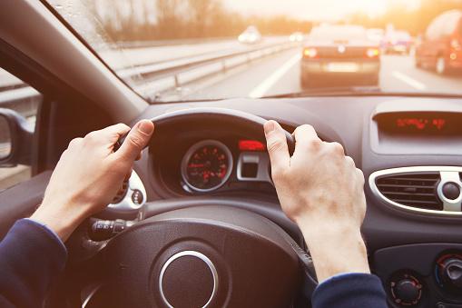 교통 체증 고속도로 운전 자동차의 손을 클로즈업합니다 가솔린에 대한 스톡 사진 및 기타 이미지