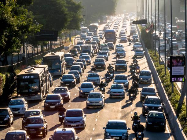-bouchons sur 23 de maio avenue à sao paulo, brésil - embouteillage photos et images de collection