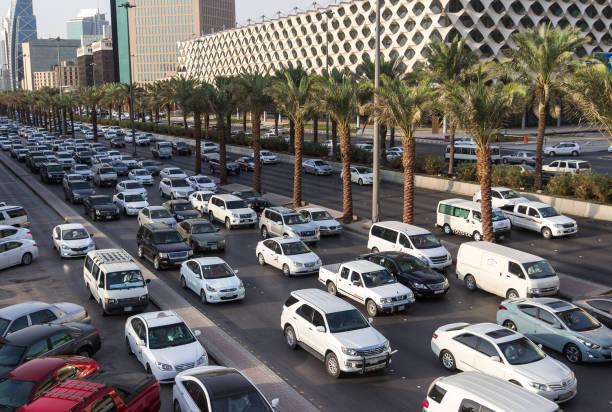 traffic jam on king fahd road in riyadh full of white cars and taxi near riyadh national library - saudi national day zdjęcia i obrazy z banku zdjęć