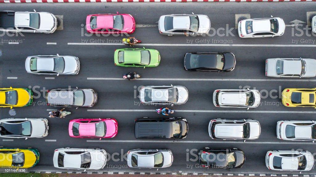 Stau auf mehrspurigen Straße. – Foto