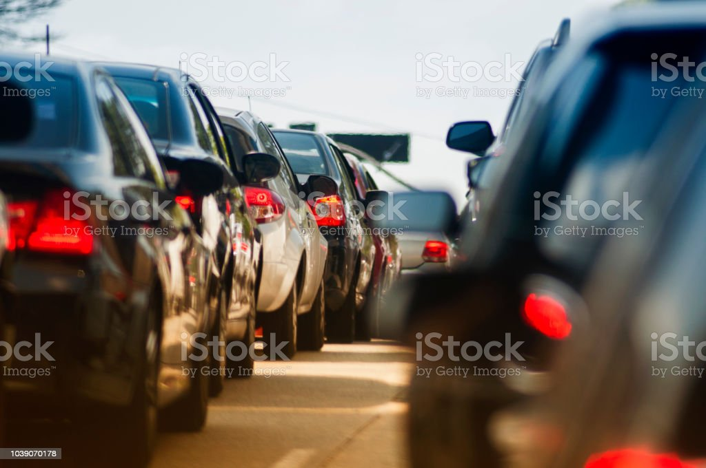 좁은 거리에 교통 체증 - 로열티 프리 가로등 스톡 사진