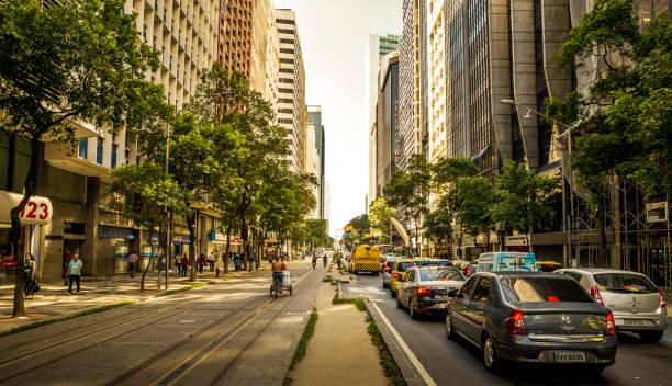 Stau auf der wichtigsten Straße voller Wolkenkratzer im Zentrum von Rio De Janeiro, Brasilien – Foto