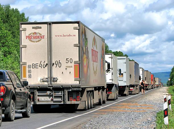 stau jam - aufgemotzte trucks stock-fotos und bilder