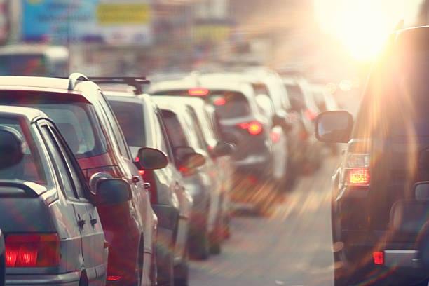 traffico intenso in città, strada, ora di punta - queue foto e immagini stock