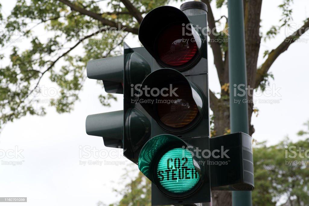 Eine Ampel und grünes Licht für Co2 Steuer
