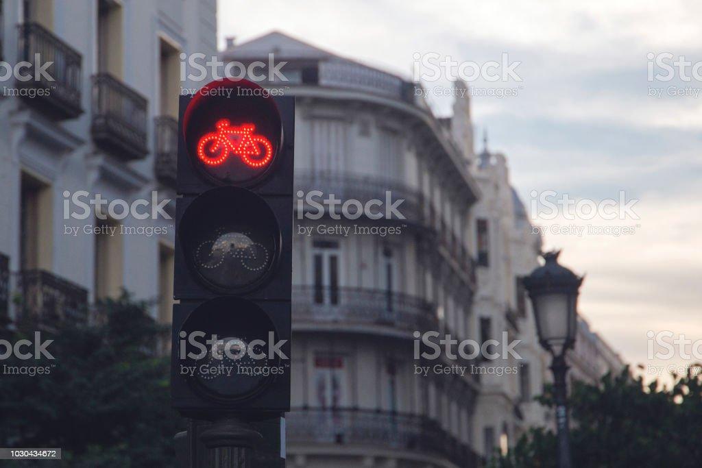 semáforo para ciclistas que muestra luz roja foto de stock libre de derechos