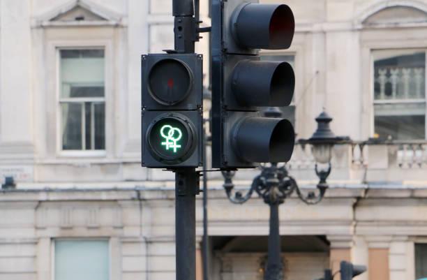 Ampel mit grünen Gay gehen am Fußgängerüberweg in London unterzeichnen – Foto