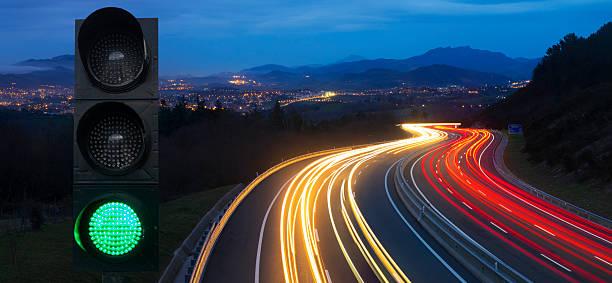 ampel, auto-lichter in der nacht auf der straße. - ampel stock-fotos und bilder