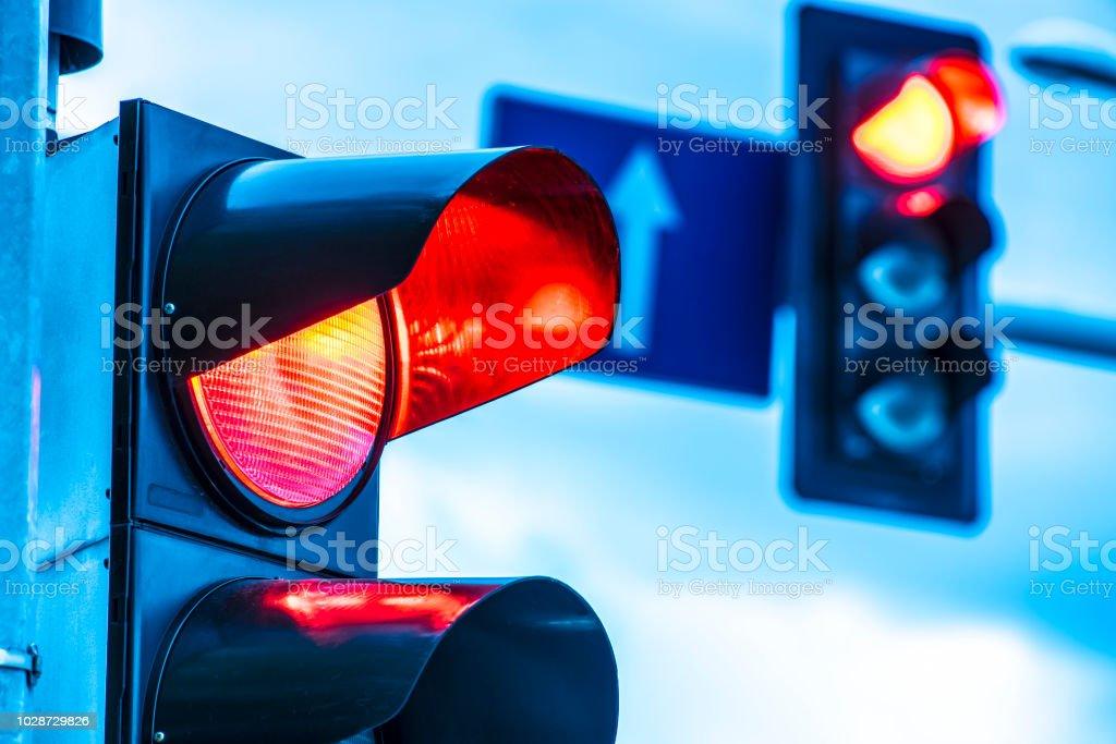 Semáforo en cruce urbano - foto de stock