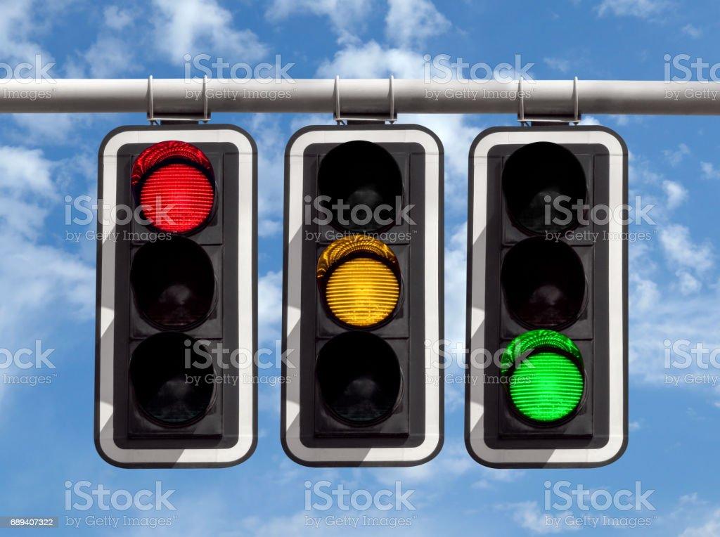 Semáforo - rojo amarillo verde contra el cielo - foto de stock