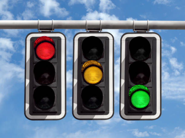 青空交通信号 - 赤黄緑します。 ストックフォト