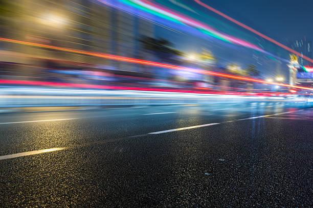 Trafic de nuit sur la ville - Photo