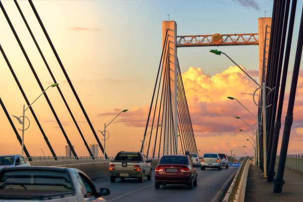 Verkehr von Fahrzeugen in der Dämmerung auf der Brücke Sérgio Mota de Cuiabá. – Foto