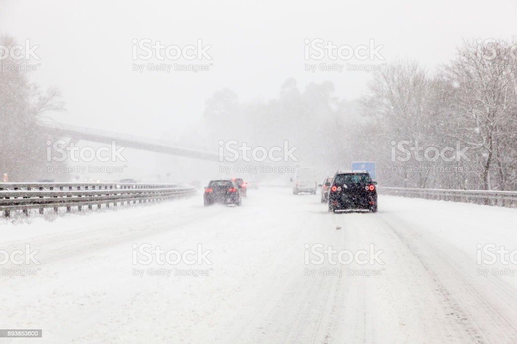 Verkehr auf der schneebedeckten Autobahn – Foto