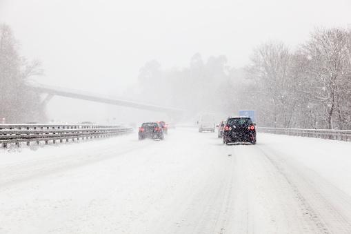 Verkehr Auf Der Schneebedeckten Autobahn Stockfoto und mehr Bilder von Auto
