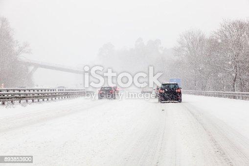 Verkehr Auf Der Schneebedeckten Autobahn Stock-Fotografie und mehr Bilder von Auto