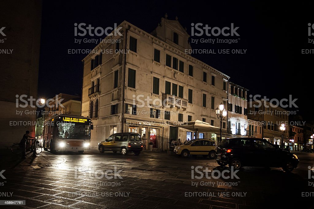 Traffico in una via in Italia di notte - foto stock