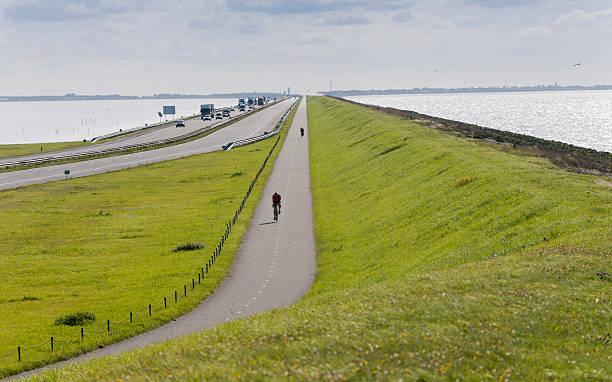 traffic on Afsluitdijk in The Netherlands foto
