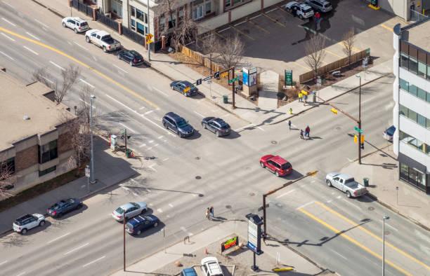 Tráfico en una intersección en Calgary - foto de stock