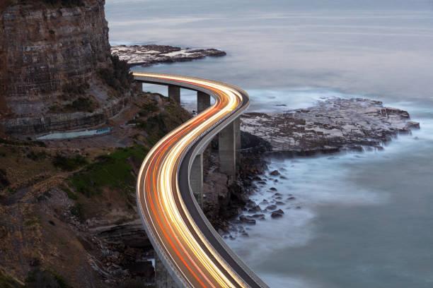 traffic on bridge - farol estrutura construída imagens e fotografias de stock