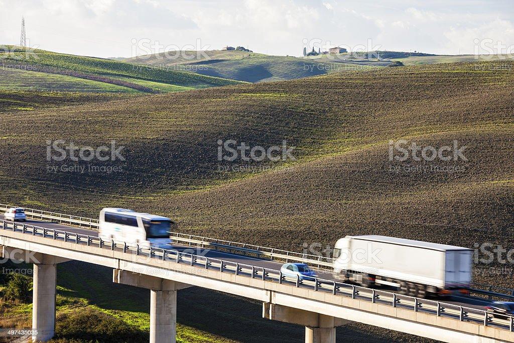 Il traffico su strada sopraelevata in Toscana, Italia - foto stock