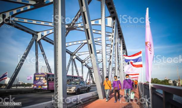 Traffic on krung thonburi bridge and people walking along the at picture id1251229457?b=1&k=6&m=1251229457&s=612x612&h=gttnsalhmjjf4tumybagbg3ur c ggzhcogx6bjbu4o=