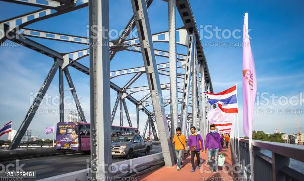 Traffic on krung thonburi bridge and people walking along the at picture id1251229461?b=1&k=6&m=1251229461&s=612x612&h=lt g3e8uy0cchbkjgel8gf hhswfyjgwtkil4p6aphs=