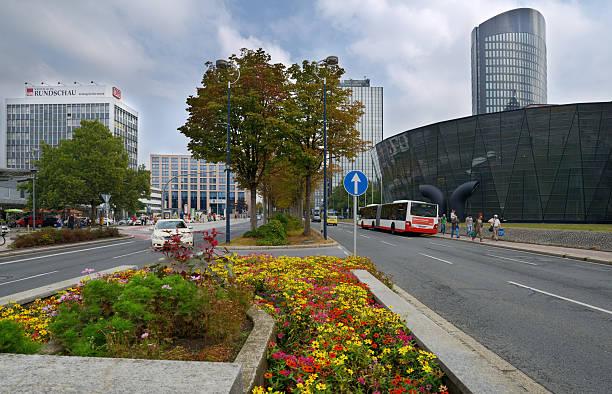 verkehr auf der konigswall street in dortmund (deutschland) - stadt dortmund ausbildung stock-fotos und bilder
