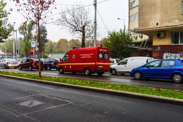 Verkehr auf dem Hauptboulevard in der Innenstadt von Bukarest. Kreuzung mit angehaltenen Autos wartet auf grünes Licht in Bukarest, Rumänien, 2019 – Foto